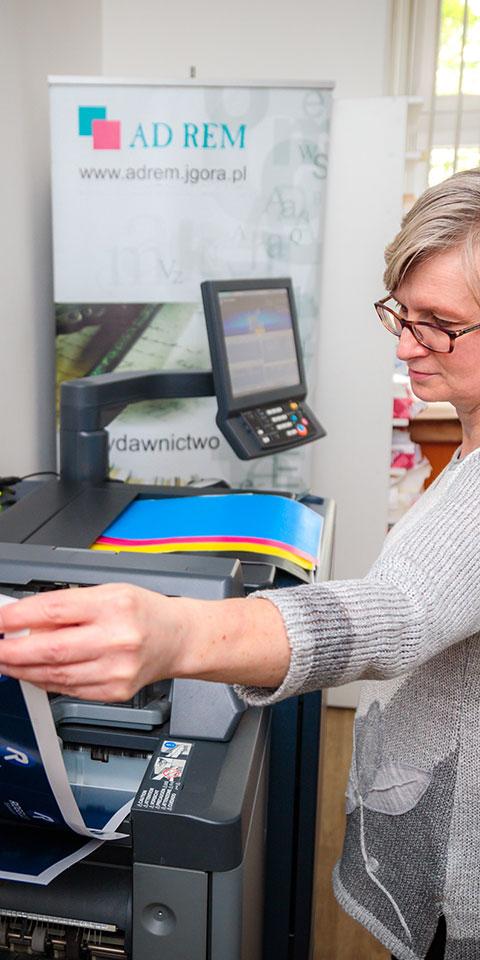 kobieta obsługująca drukarkę - druk