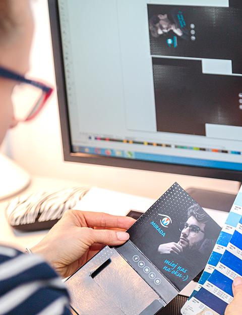 Kobieta pracująca przy komputerze - Wydawnictwo Ad Rem