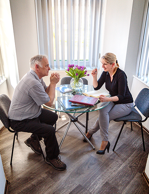 dwoje ludzi rozmawiających przy stoliku - usługi wydawnivcze