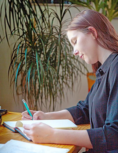 młoda dziewczyna pisze w notatniku - Wydawnictwa autorskie
