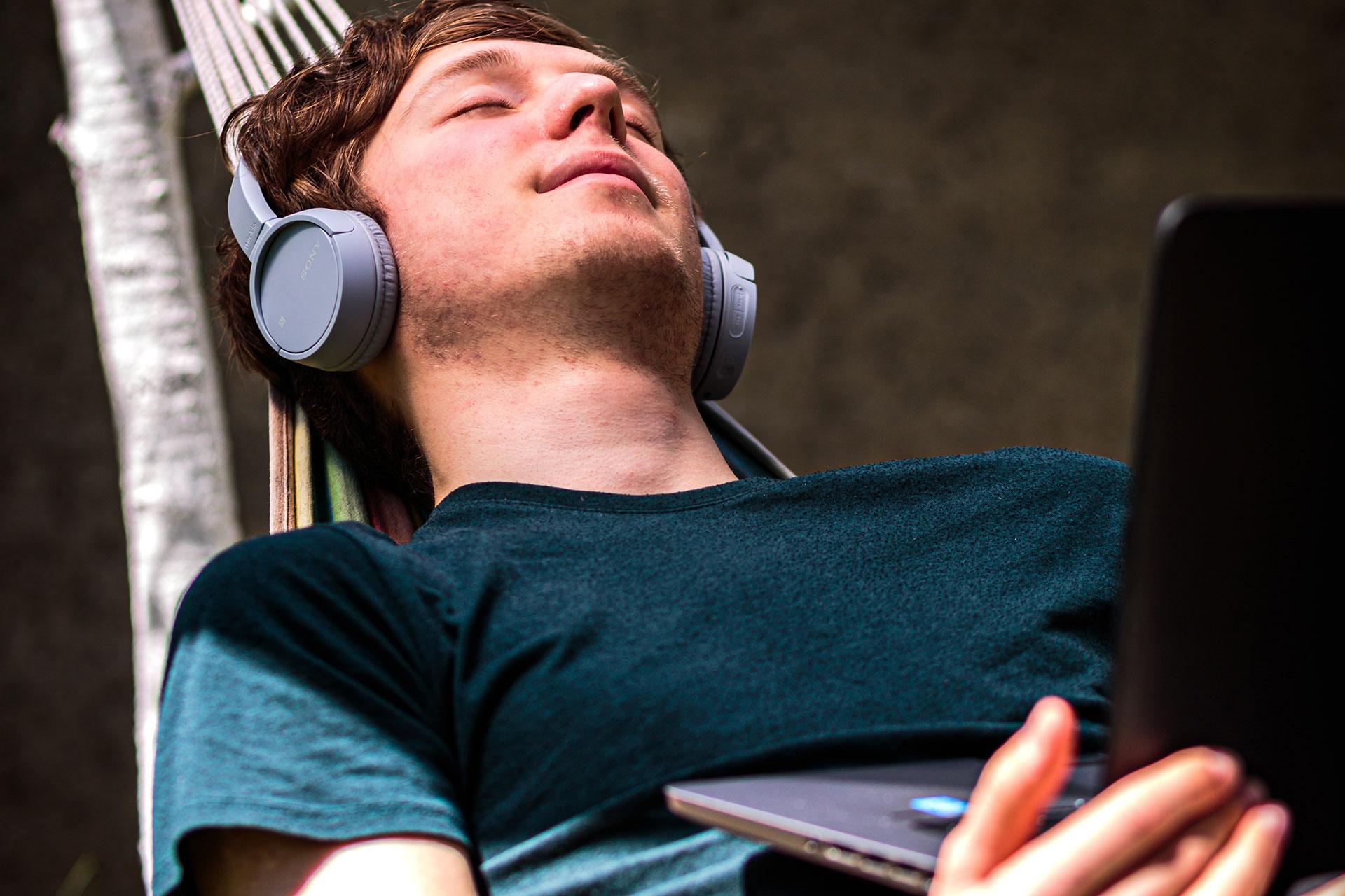 mężczyzna słuchający audiobooka