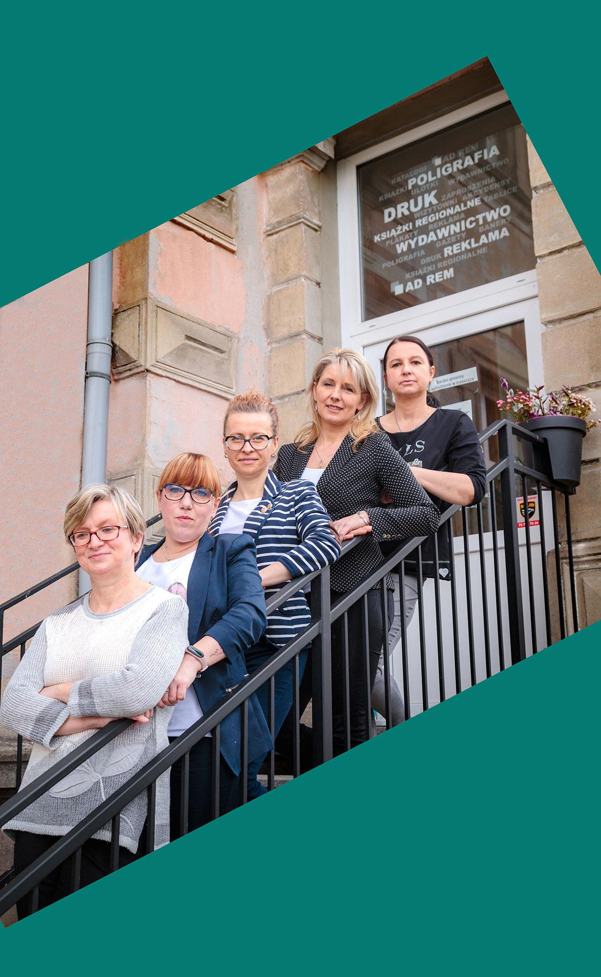 kobiety stojące na schodach - zespół Ad Rem